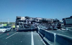 Cortado al tráfico un carril en cada sentido de la A-92 por el vuelco de un camión en Loreto