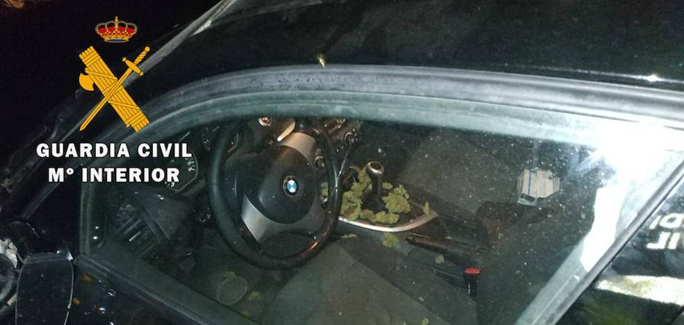Destroza su coche en Loja y descubren que llevaba un kilo de 'maría'