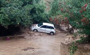 Hasta cincuenta coches han sido arrastrados por la riada