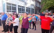 Los mayores lojeños celebran su día con baile, deporte y un desayuno saludable