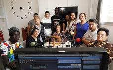 Alumnos adultos realizan un programa de radio en directo en Huétor Tájar