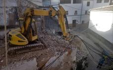 El derribo de una casa en ruinas ensancha una de las calles más usadas del barrio Alto lojeño