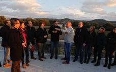 Juanma Moreno se compromete a terminar el segundo puente de Huétor Tájar