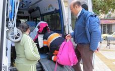 Una familia lojeña reclama personal «cualificado» para atender a su hija en el transporte escolar