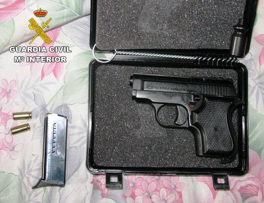 La Guardia Civil investiga en Loja a un individuo que poseía un zulo donde cultivaba cannabis y escondía un arma