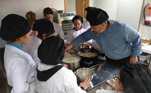 17 jóvenes del Poniente granadino se preparan para ser ayudantes de cocina