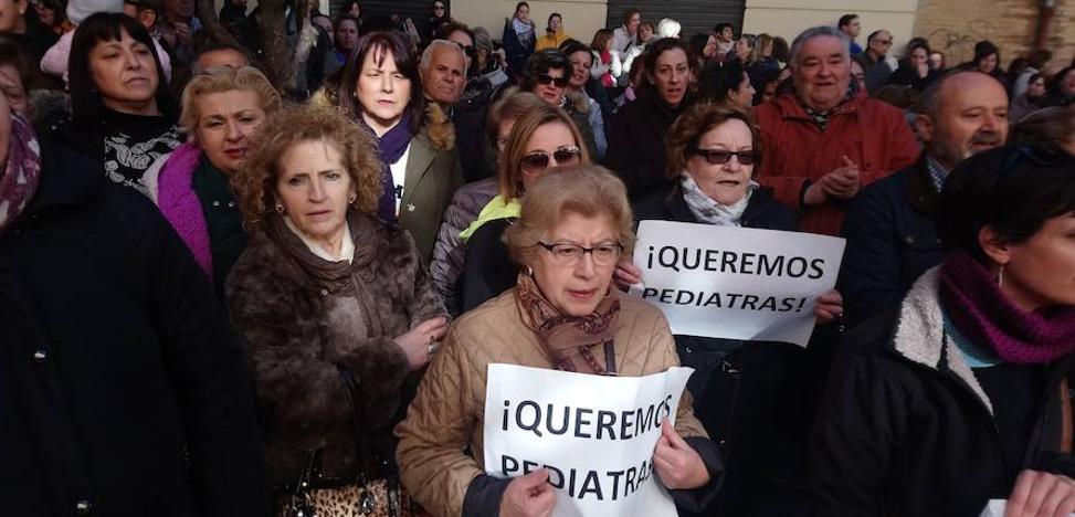 Más de 500 vecinos se concentran en Loja para reclamar una «solución urgente» a la falta de pediatras