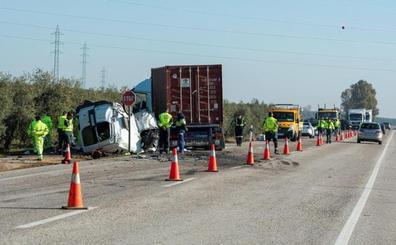 El camión invadió el carril contrario en el accidente con cinco fallecidos que trabajaban en el AVE en Loja