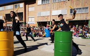 El patio del colegio San Isidro se transforma en un 'vertedero' para grabar un videoclip musical