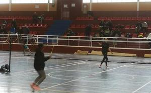 Medio centenar de jugadores de bádminton se dan cita en Montefrío