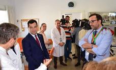 El presidente autonómico afirma que la falta de pediatras de Loja «está en vías de solución»