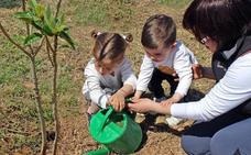 Los vecinos de Huétor Tájar plantan árboles en un antiguo vertedero