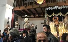 Los lojeños acompañan a la Santa Vera Cruz en la capilla de la Sangre