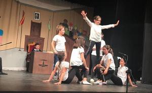 Escolares del CEIP La Paz de Montefrío llevan a escena la obra de teatro 'Juicio al deporte'