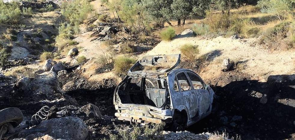 El accidente de un turismo provoca un incendio en el monte Calvario de Loja