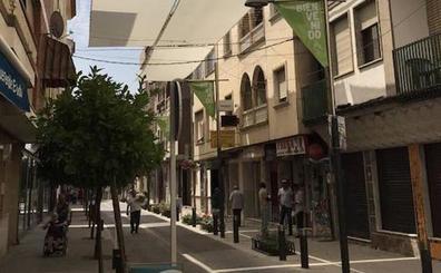 Huétor Tájar instala toldos para proteger del calor su calle más comercial
