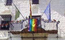 La bandera LGTB ondea por primera vez en el Ayuntamiento de Montefrío