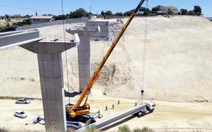 Colocan las vigas del último puente de la variante de Moraleda