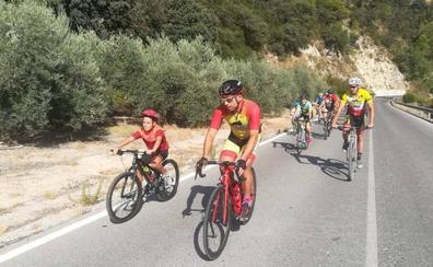 Un centenar de ciclistas de Montefrío participan en la XXV edición de 'Monte en bici'