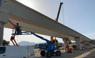 Comienzan a colocar las vigas del segundo puente de Huétor Tájar