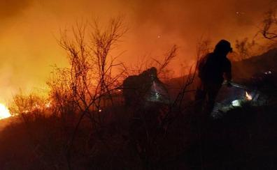 Bomberos de Loja y Lucena e Infoca pasan la noche sofocando un incendio de 10 hectáreas en Balerma