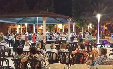 Más de 3.000 vecinos de todas las edades «bailan al fresquito» en Huétor Tájar
