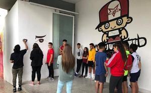 Los jóvenes de Montefrío aprenden a hacer 'graffitis' gracias a un taller municipal
