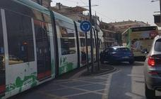 Un turismo se salta un semáforo y choca con el metro en Maracena