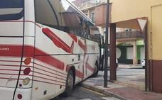 Un autobús choca contra una vivienda en Maracena