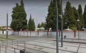 Un chico de 20 años empotra su coche contra el cementerio de Maracena y termina en el hospital
