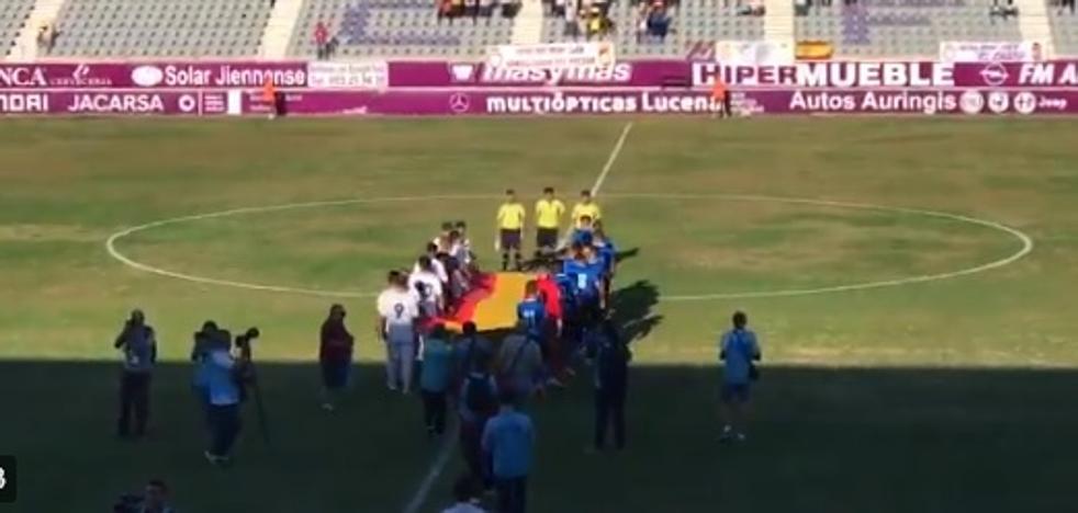 Real Jaén y Linares saltan hermanados al campo con el himno de España y una gran bandera rojigualda