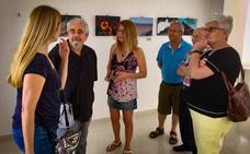 El fotógrafo Carlos de Paz visitó la exposición de la Afam en La Mojonera