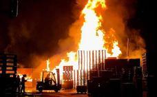 Arde una nave de envases en el paraje Las Canteras de Vícar