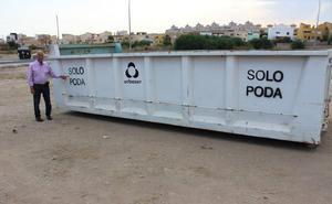 Roquetas espera atajar el caos de las podas con 15 grandes contenedores