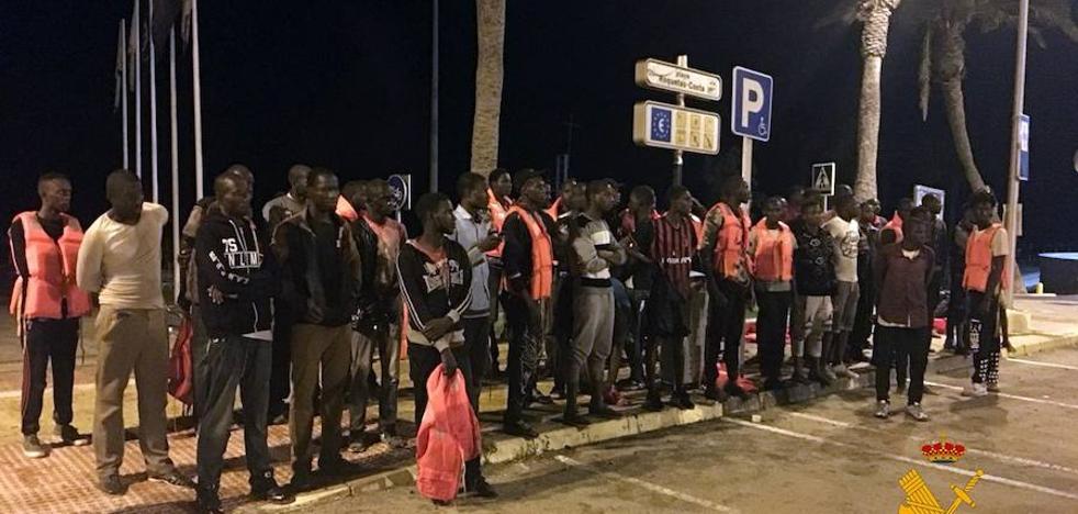 Llega a la Urbanización de Roquetas una patera con 57 subsaharianos a bordo, 7 de ellos menores