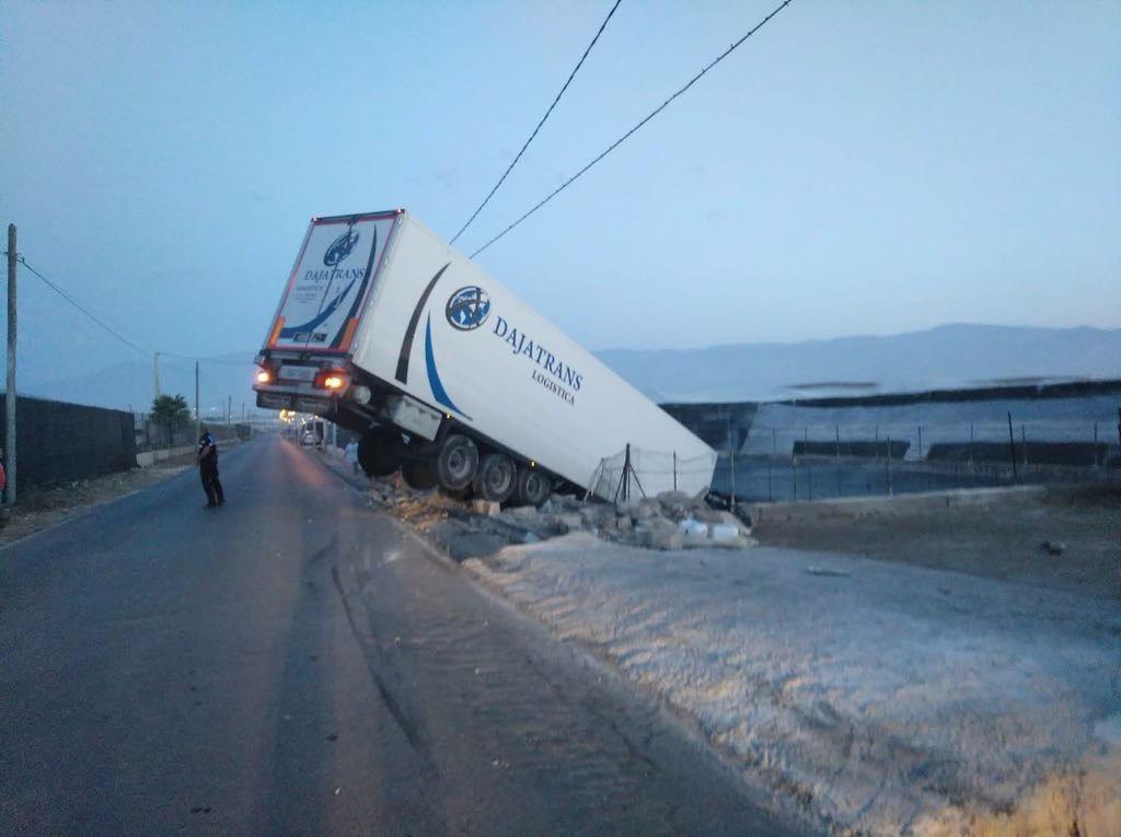 Un camión se sale de la carretera de la Yegua Verde y acaba empotrándose en una balsa