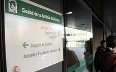 Condenada en Roquetas por dejar morir de hambre a su perro, que comía de los restos de otro ya fallecido