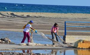 Los vecinos se organizan para limpiar la desembocadura de la rambla del Cañuelo
