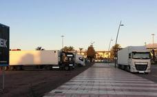 Denuncian la falta de control municipal en el aparcamiento de camiones en vías urbanas