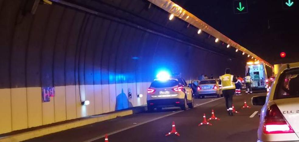 Un accidente de tráfico corta un carril del túnel de Aguadulce