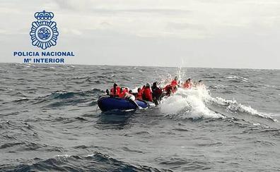 Patroneaban una patera rescatada al sur de Punta Sabinar con 32 personas y 11 cadáveres a bordo