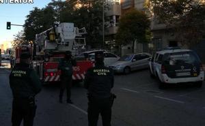 La Guardia Civil rescata a siete personas atrapadas en un edificio en llamas en Roquetas de Mar