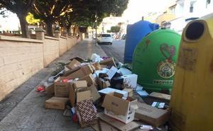 Recogen firmas para reclamar más limpieza en la zona de Aguadulce