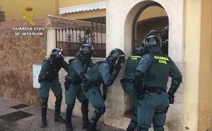 La Guardia Civil detiene a un joven en los Llanos de Vícar que cultivaba 300 plantas de marihuana en su domicilio