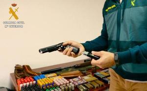 Un caso de violencia de género descubre un arsenal de armas en Roquetas de Mar