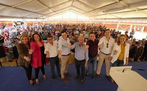 Juanma Moreno pide el voto para «el mejor alcalde de Roquetas» ahora que el PP está en la Junta