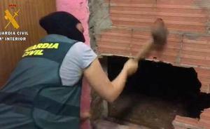 Escondía una plantación de marihuana tras un muro de ladrillo en Roquetas de Mar