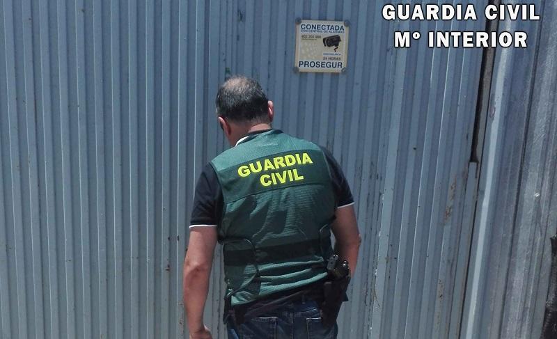 La Guardia Civil sorprende a dos individuos robando en una nave agrícola de La Mojonera