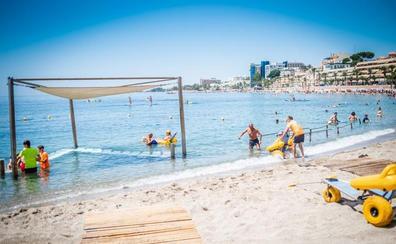 Casi 6.000 personas usan la zona de baño adaptada de Aguadulce cada verano