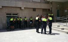 El PSOE de Roquetas denuncia «descontrol» con la venta ambulante y el PP le acusa de dañar el turismo